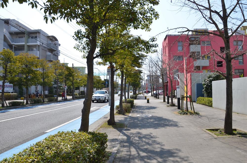 広めの歩道に街路樹、ほっこりする住宅街
