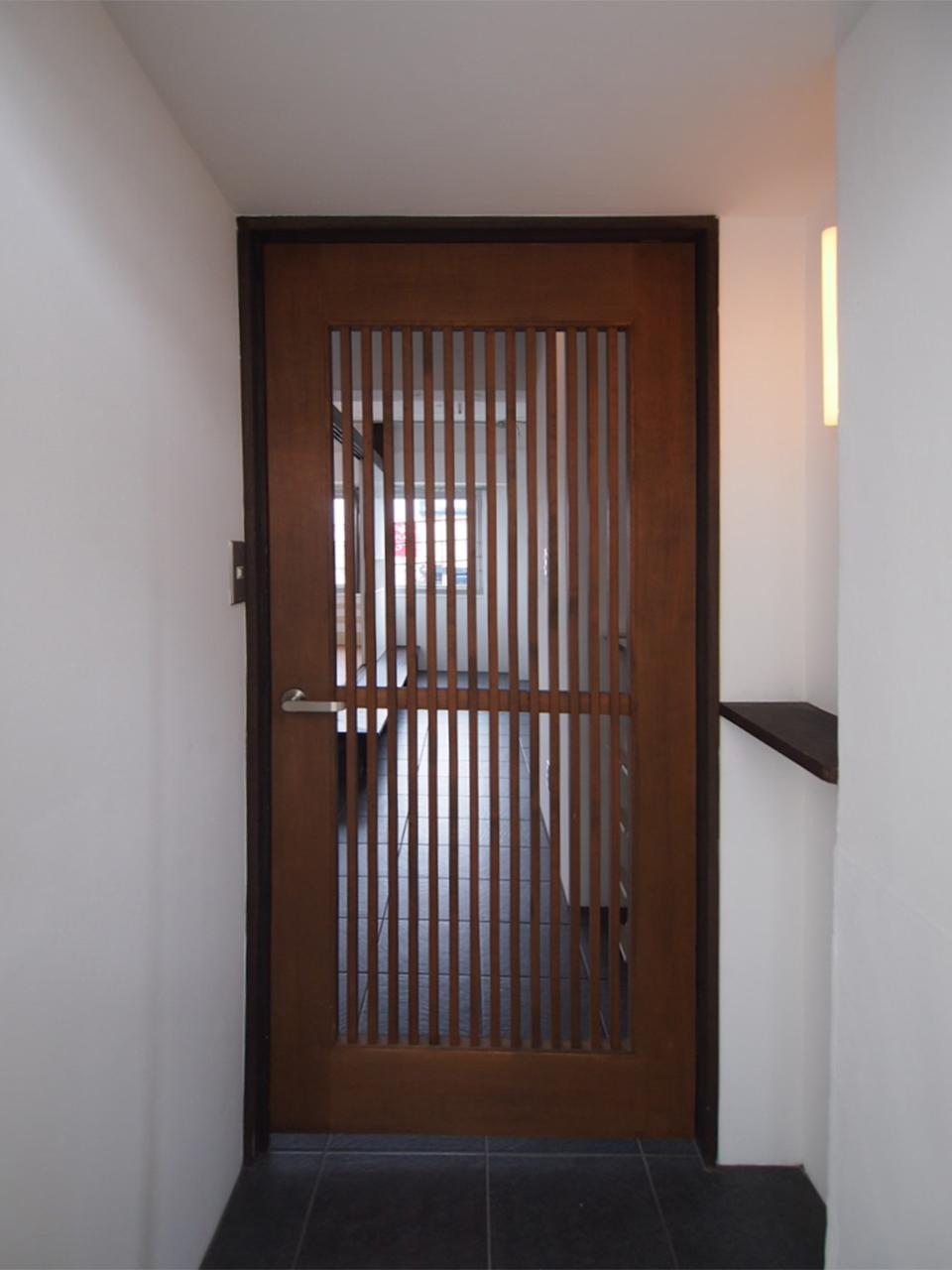 玄関開けると更に扉