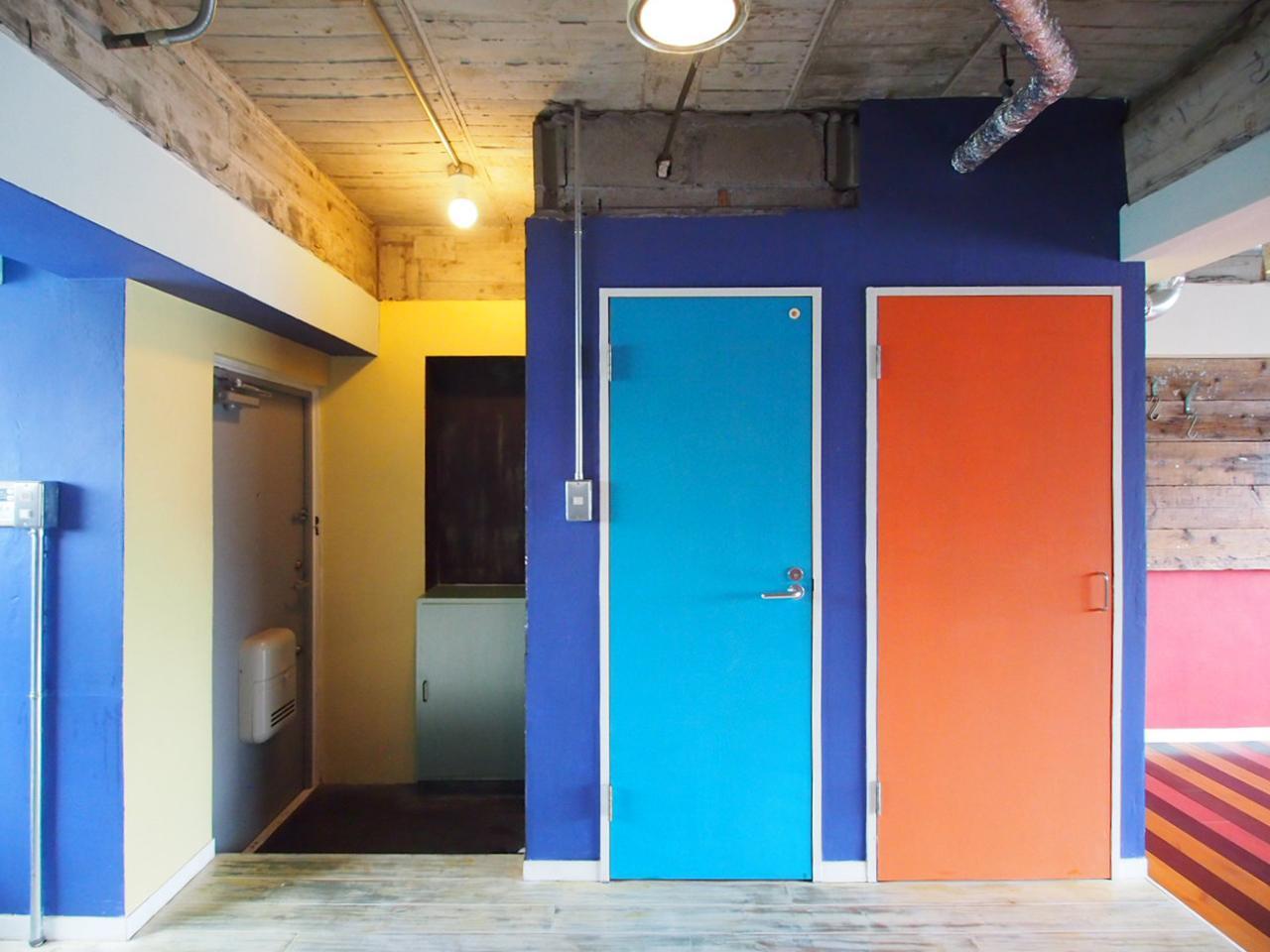 ブルー・オレンジ・グリーンの扉はチョークでお絵描きできます