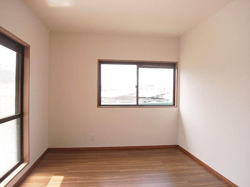 2階西側の洋室。かなり陽が入って暖かいです