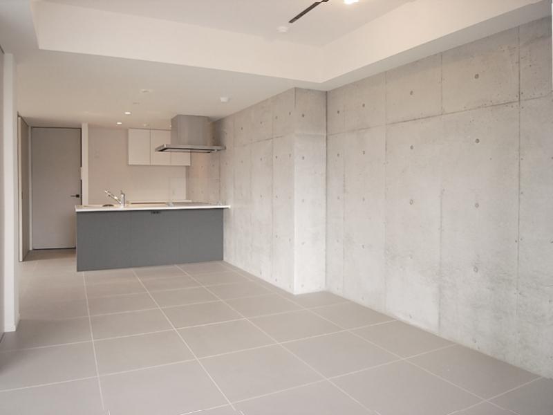 コンクリと床のタイルが無機質な雰囲気を演出