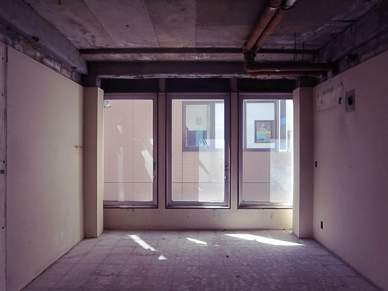 2F。大窓はフィックス。人の流れが良く見える。