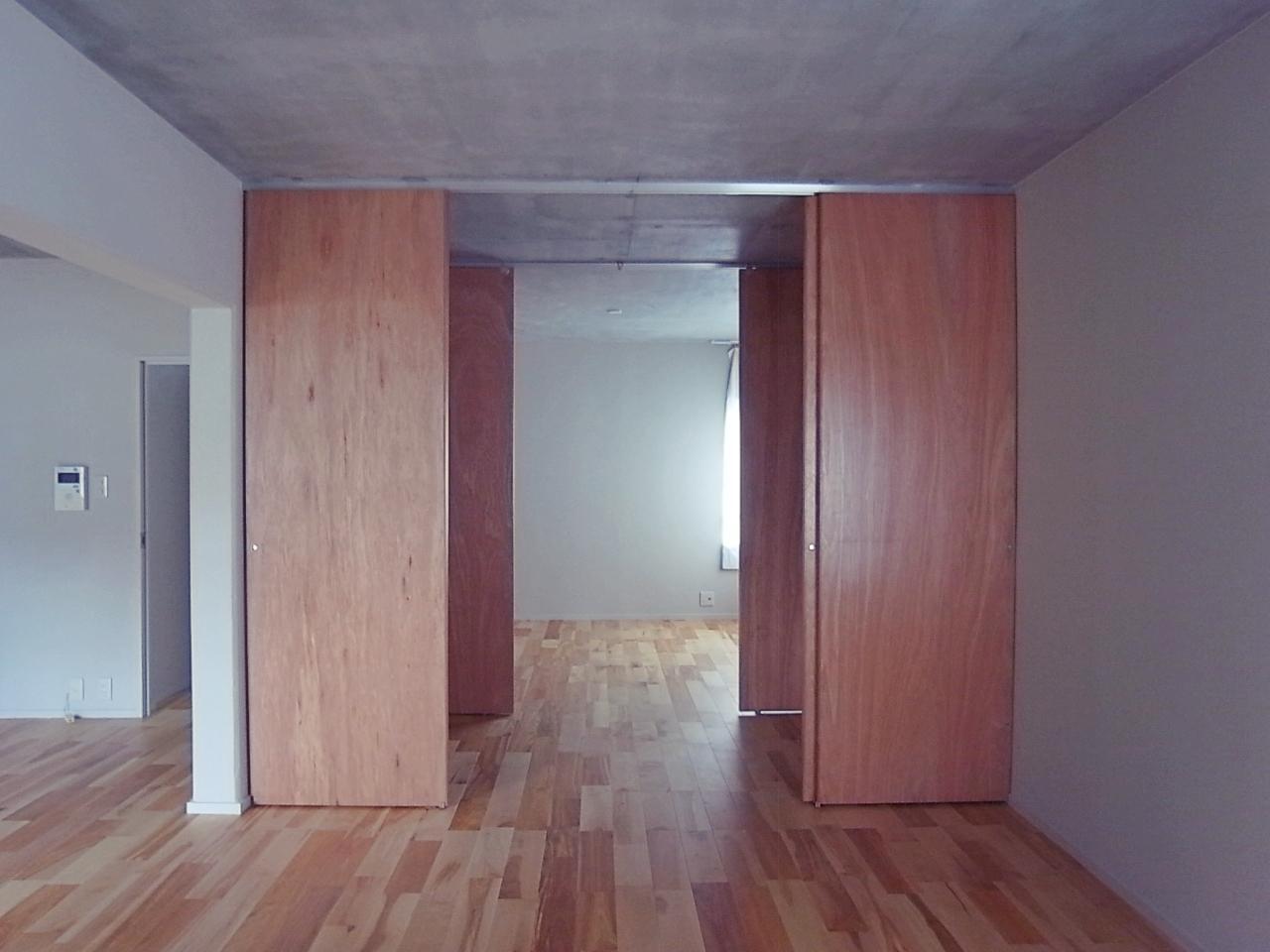 リビングと寝室の間は約3帖の収納。
