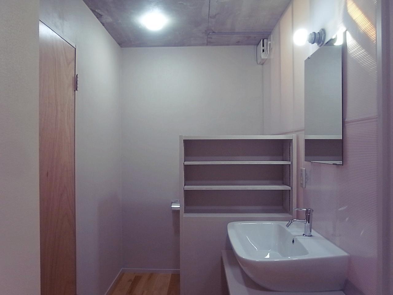 洗面脱衣所&WC。棚の奥にWCが隠れてます。