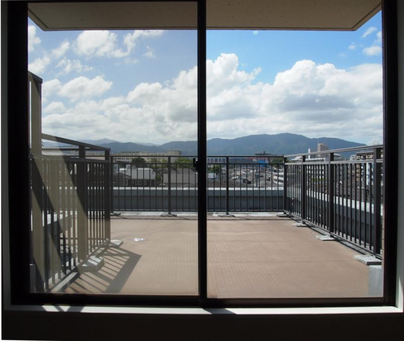 こんな感じの視界ならカーテンもつけなくて良いかもと思ったけど、西日はきつそうですね。。