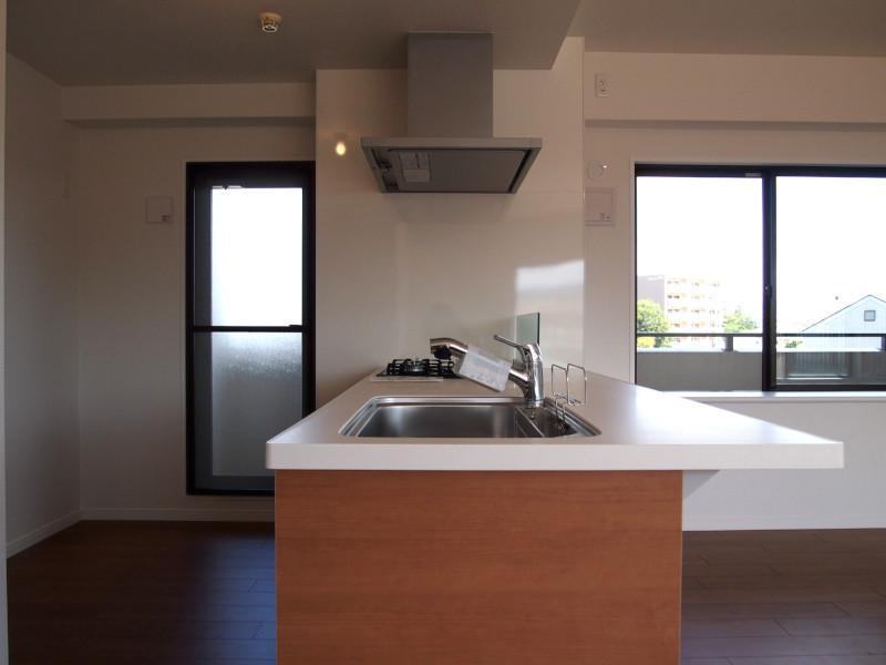 3口コンロ、食洗機付きのシステムキッチン