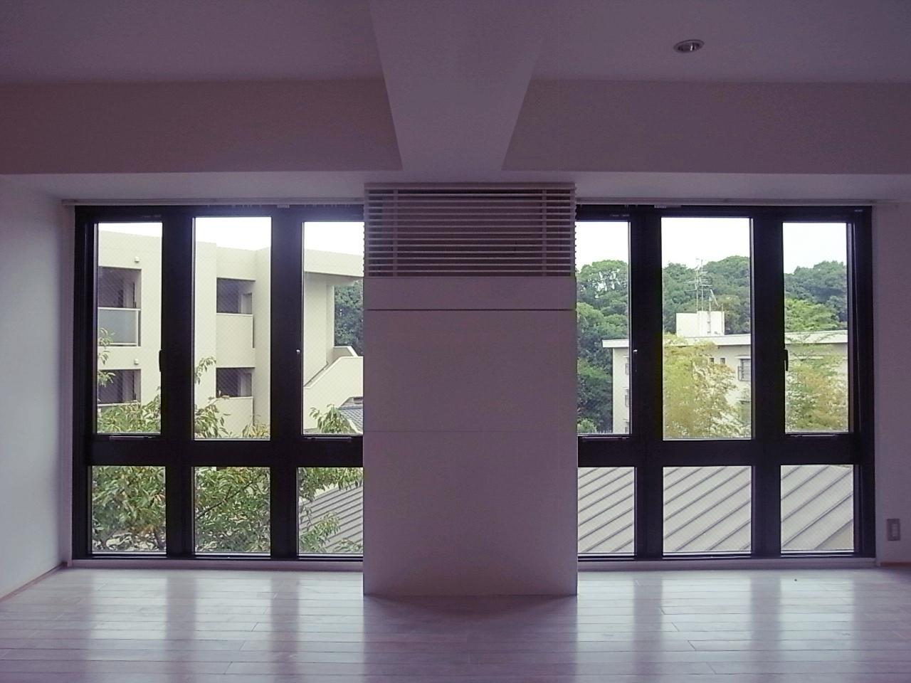 リビングの窓。センターの壁にエアコンと収納あり。