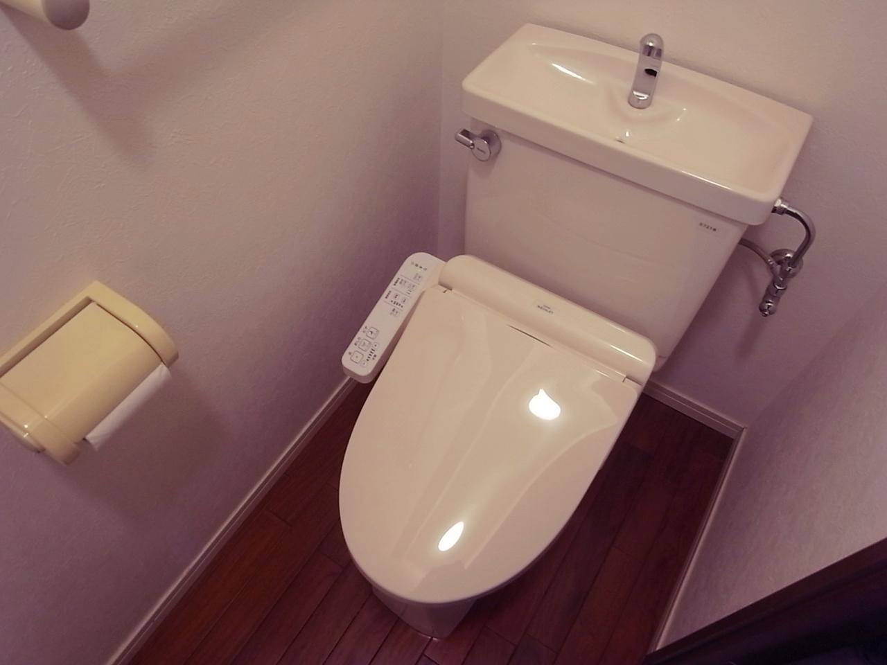 トイレは温水洗浄便座を入れ替え。