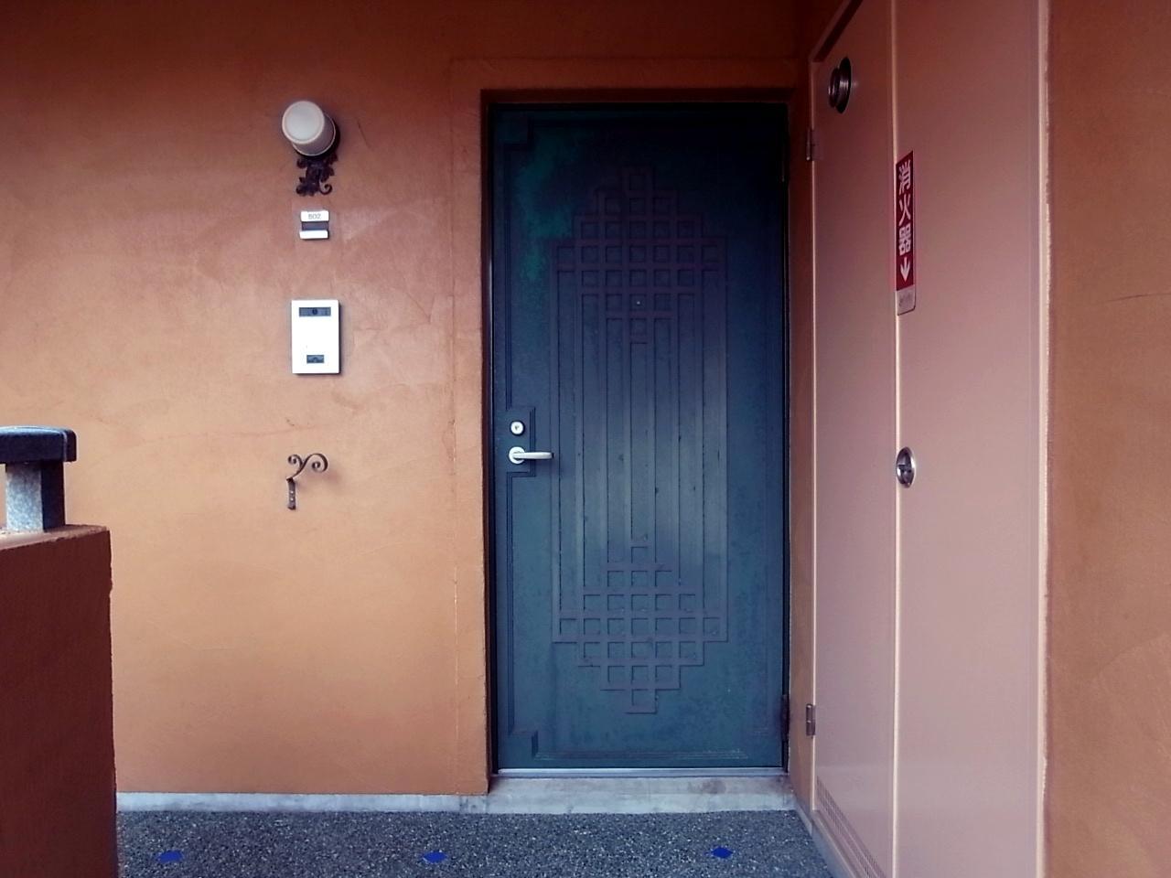 玄関扉、壁、床、どれもオリジナル感がすごい。