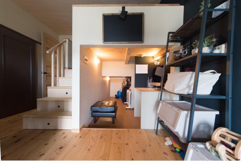 マンションの一室、メゾネットでは無いのに階段‥