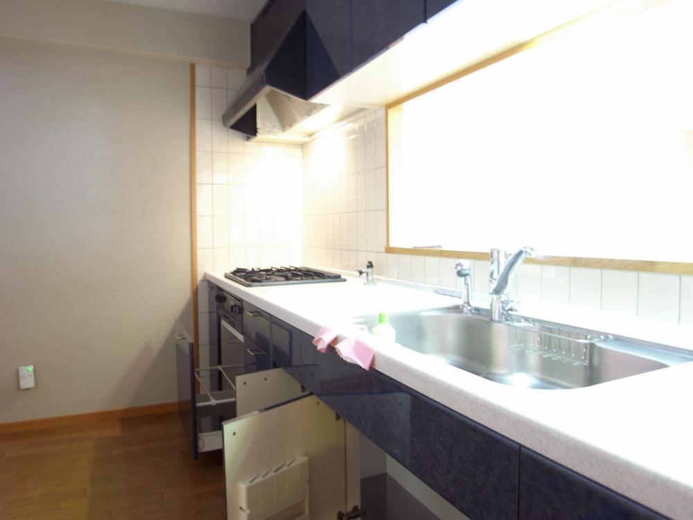 半独立タイプのキッチンは食器棚等を置いても十分なスペースが。