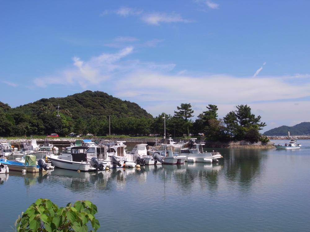 近くの船溜りは絵に描いたような美しい風景。