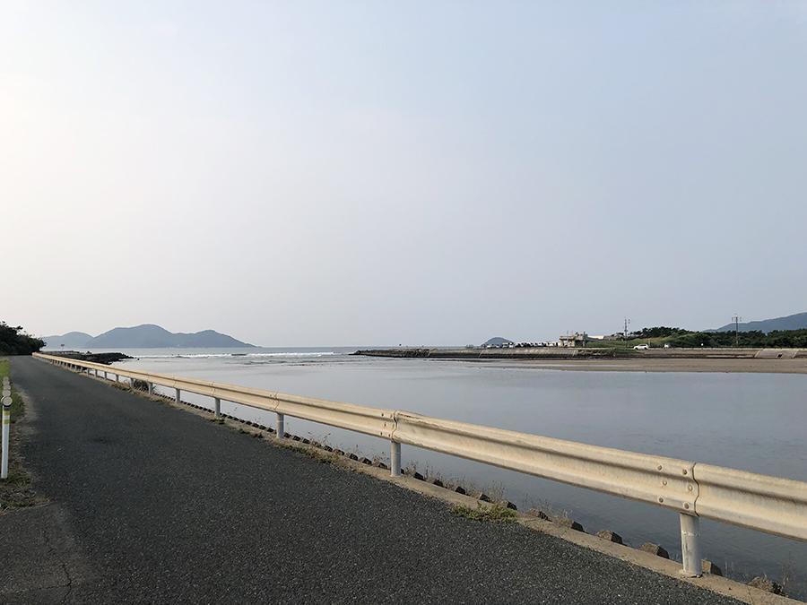 釣川と、奥がビーチ。住宅街を抜けると到着。