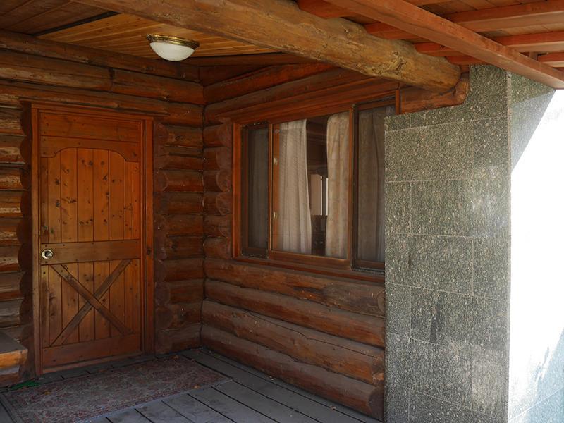正面玄関。石を組み合わせたデザイン。