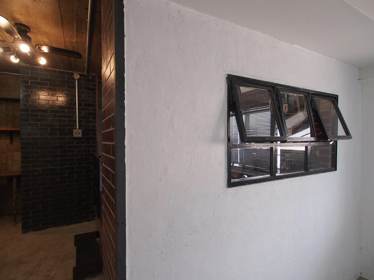 間仕切り壁に窓付いてます