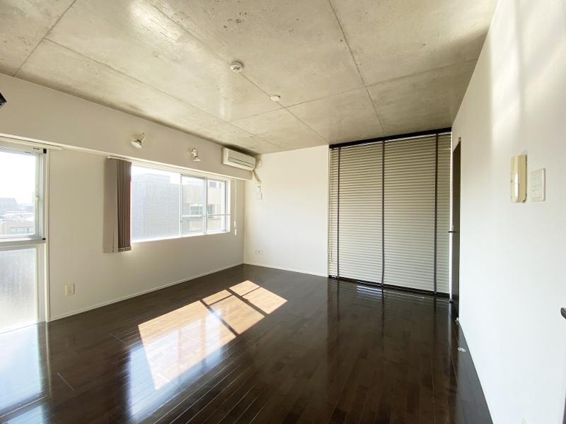 コンクリ剥き出しの天井。個人的に好みです