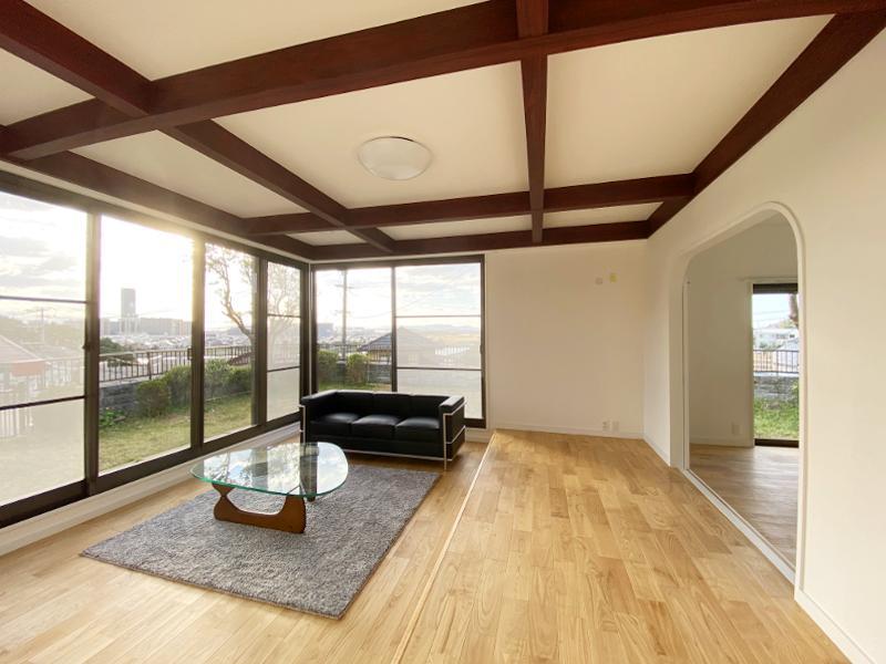 天井まで伸びたサッシのおかげか、すごく開放的なリビング