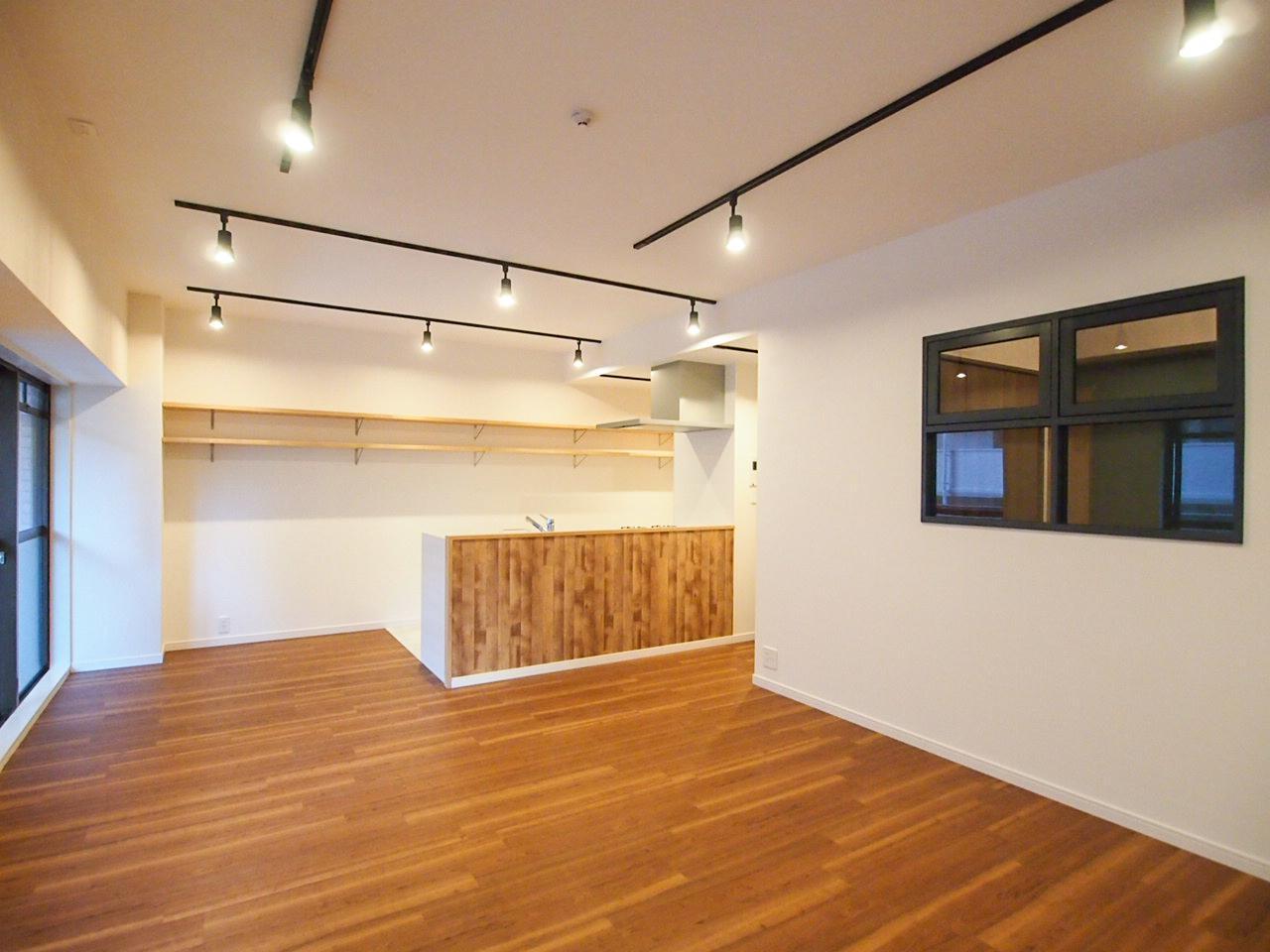 洋室とLDKの間仕切り壁の小窓が効いてます