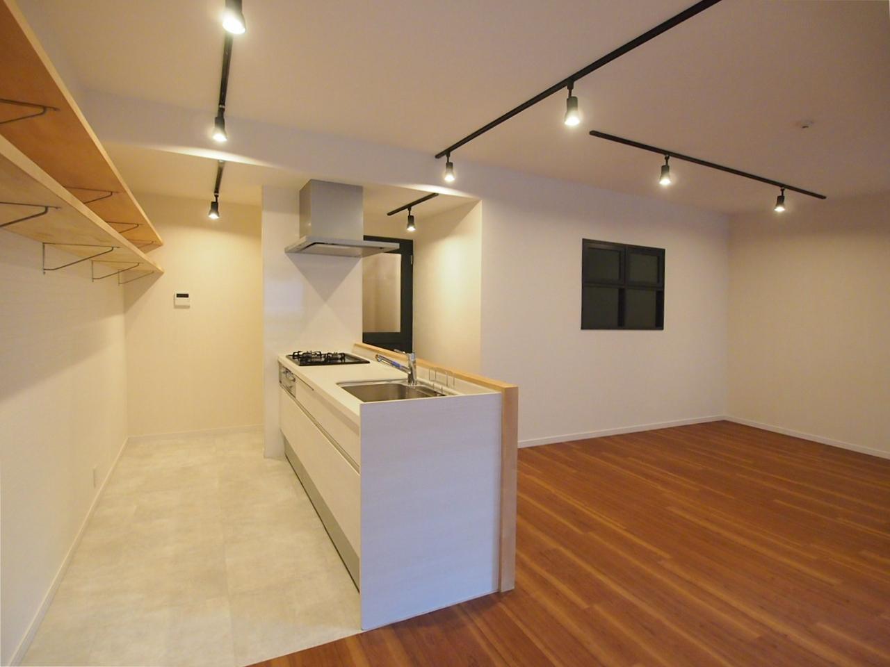 キッチン背面には長〜い飾り棚