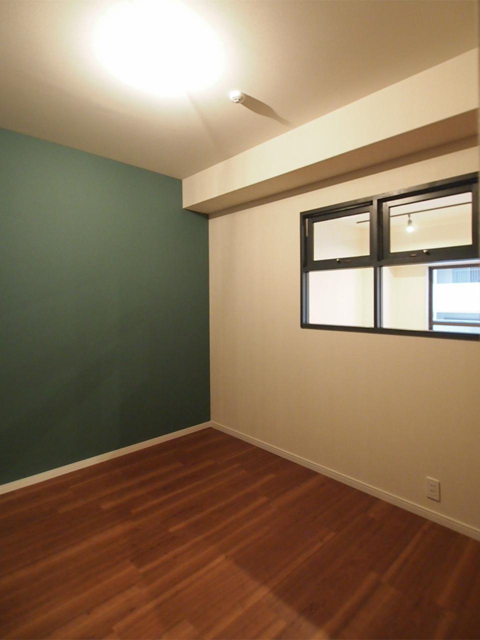 洋室1 アクセントカラーはモスグリーン