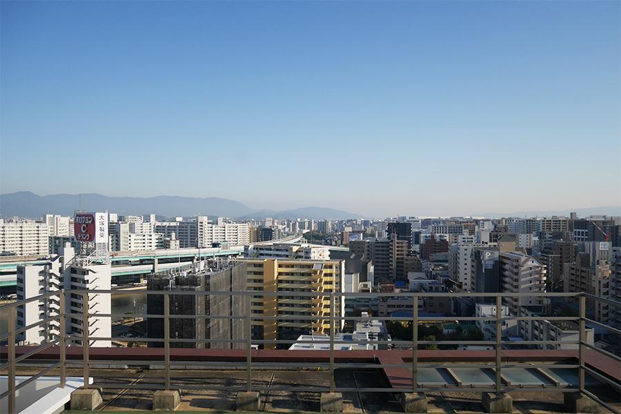 山の稜線が綺麗です。左手には、都市高速ビューも。