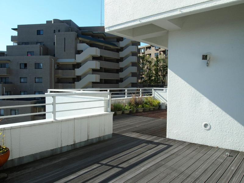 2区画分の広さを持つバルコニーはウッドデッキを敷いてます。