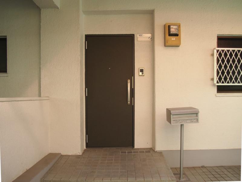 玄関前もゆったり。ちなみにもう一つ玄関があります。ニコイチなので。