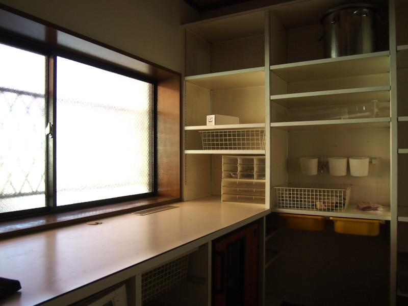 キッチン併設のパントリー。収容力抜群の一室。