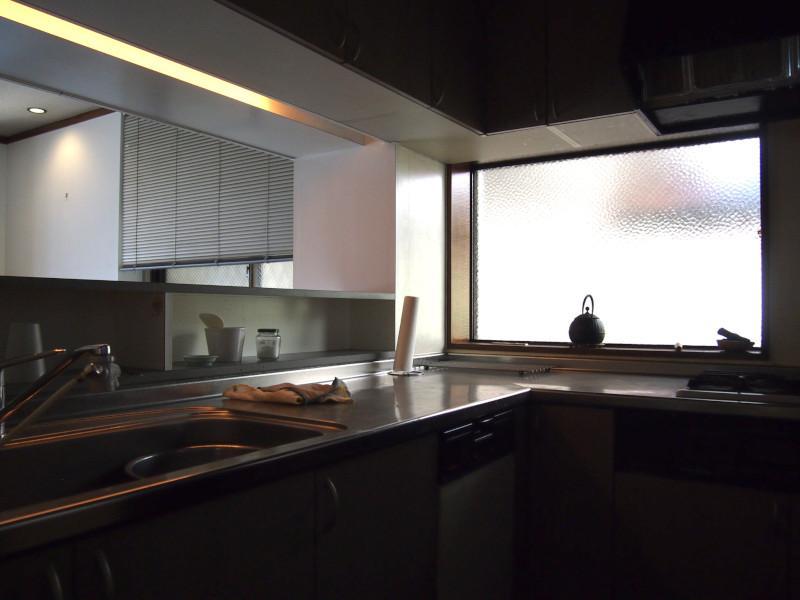 L型のシステムキッチン。ここにも広い窓が。