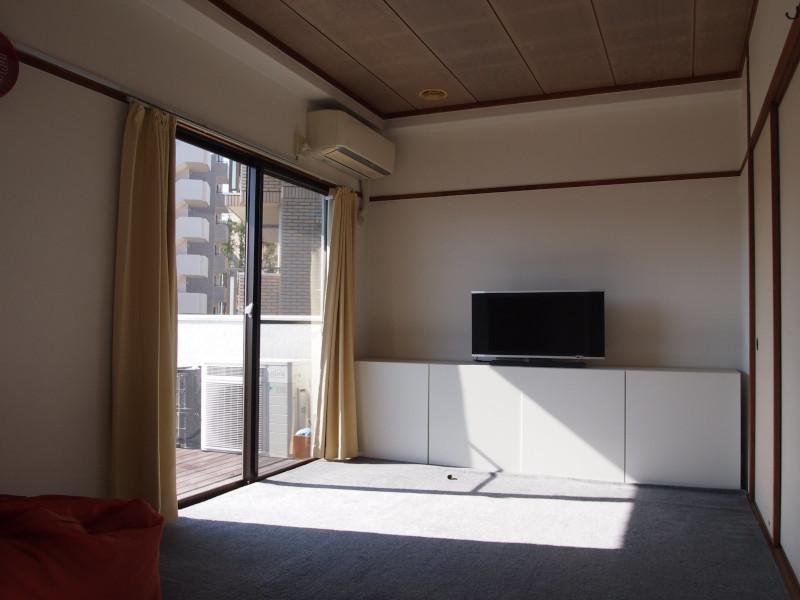 一番西側に位置するお部屋。元々は和室みたいですが今はカーペット敷きにしていました。