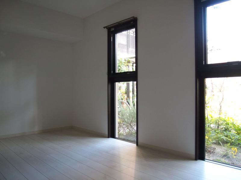マンションアプローチ側の洋室は植栽が自然と視線を遮ります。