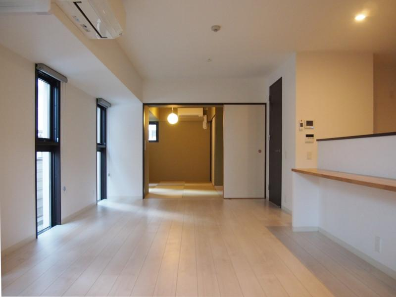 程よい感覚で設けられた明り取りの窓がお部屋に落ち着きを与えてくれます。