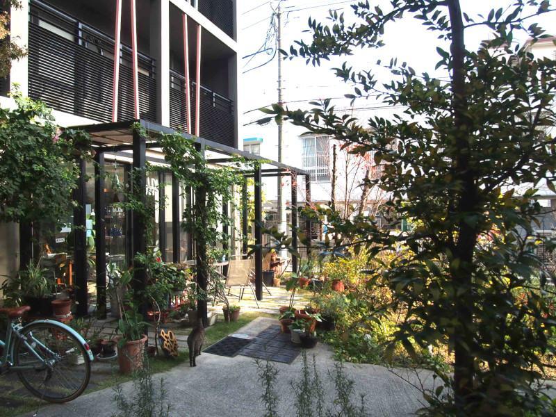 室内からエントランス側の視界。左側の区画にはカフェがあります。