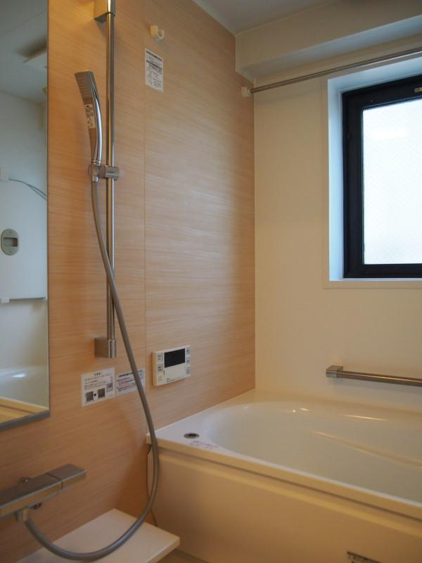 窓つきのバスルーム。