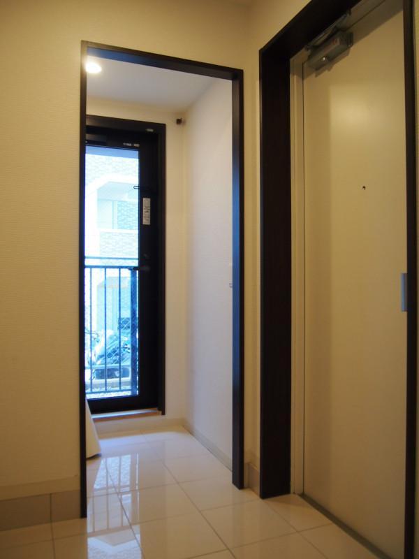 玄関も広め。収納室も併設。