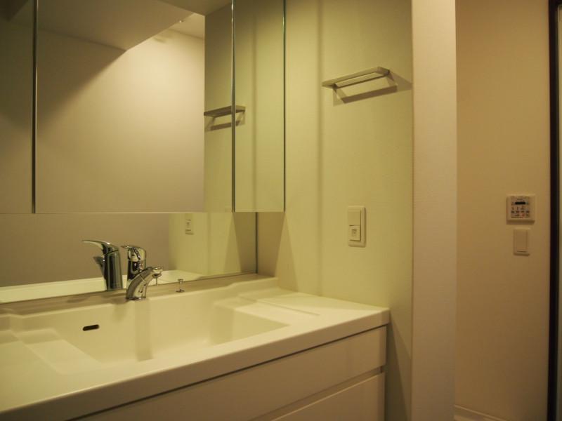 清潔感もあるし広めの洗面所。