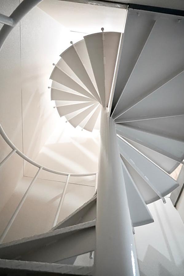 玄関から伸びる螺旋階段。各階室内に入らず、移動できます。