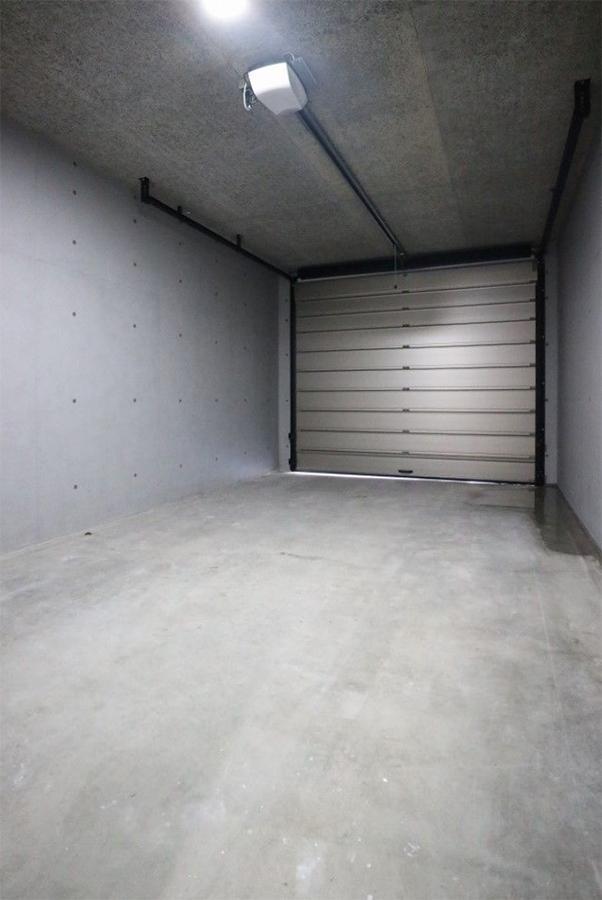 ガレージ、外から車が近づくと自動で開くらしいです。