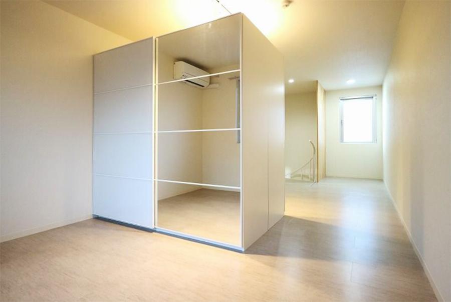3F洋室。特注の間仕切り収納が付帯します。