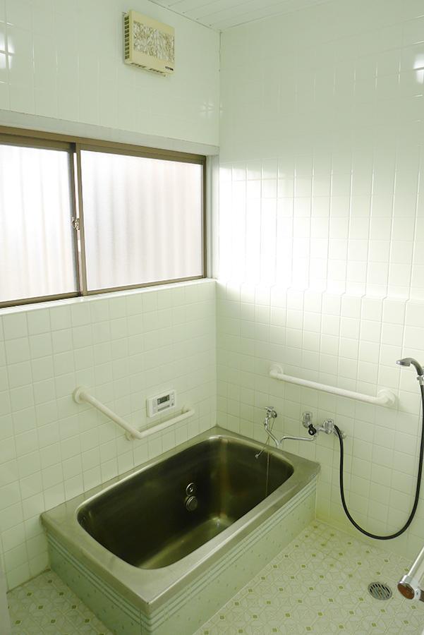 お風呂。大きな窓から、たっぷりと光が。