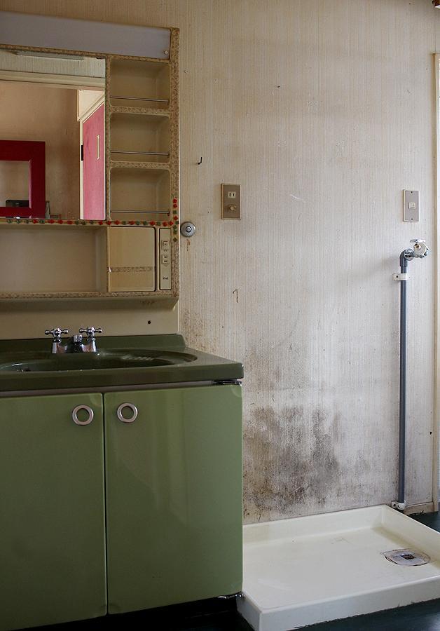 洗面所も新調がいいかも。壁紙は貼り替えましょう!