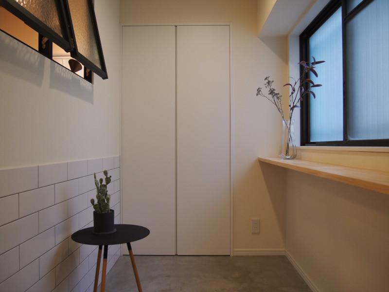 作り付けの棚に置くには収容量豊富なクローゼット。