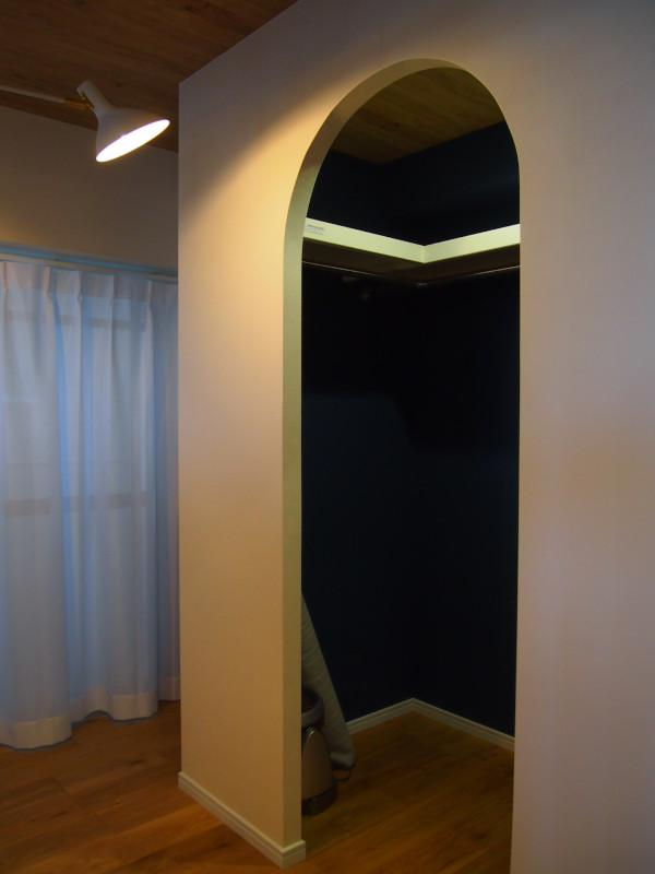 洋室にはアーチ形の入口をしたクローゼットが。