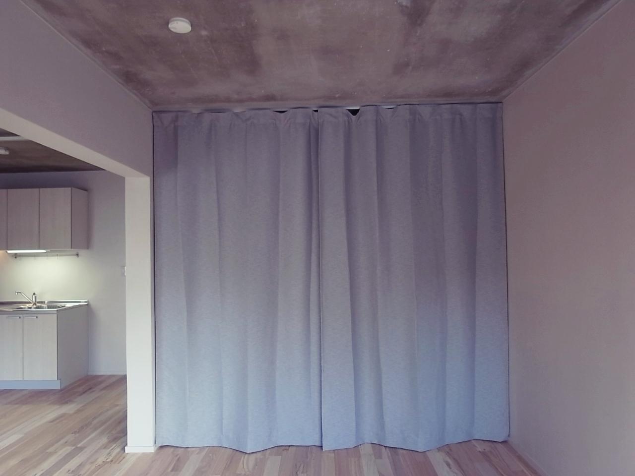 カーテンの奥はウォークスルークローゼット。