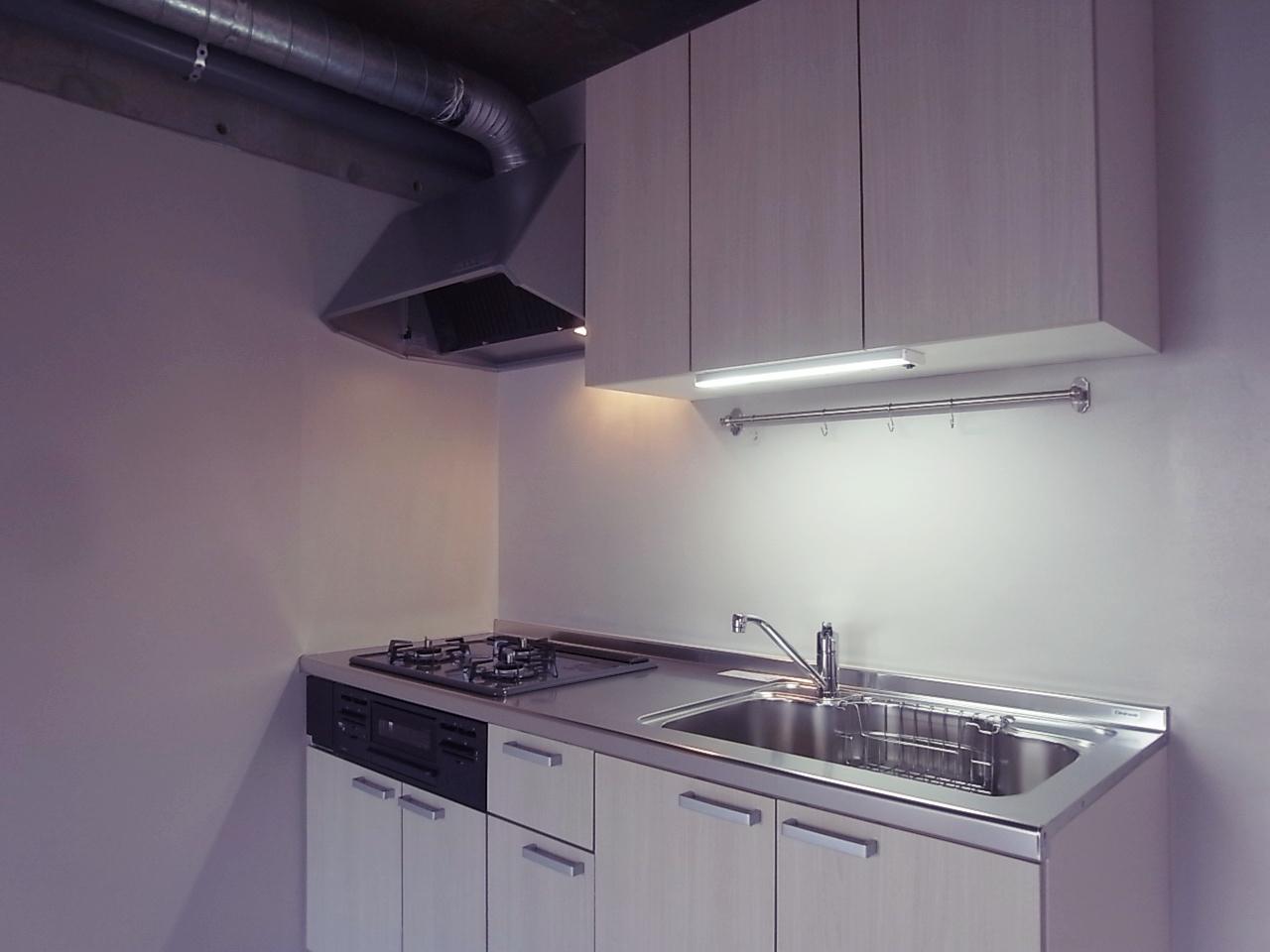 LDKが広く使える壁付けキッチン。ダクトがまたナイス。
