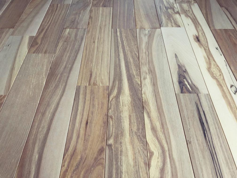 床材のバーチはちょっと白っぽい塗装。イケてる。