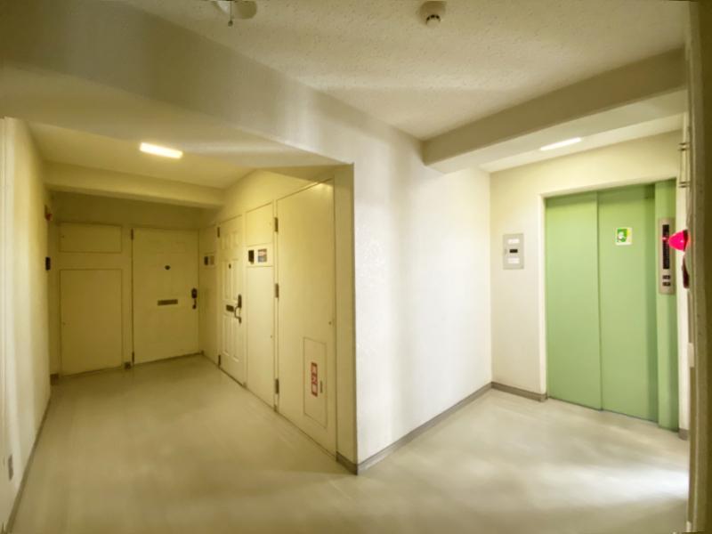 2階以上の玄関前はそれなりの築年数を感じさせます