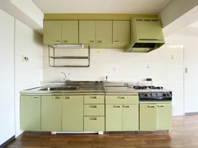 優しいトーンの緑が可愛いらしいキッチン
