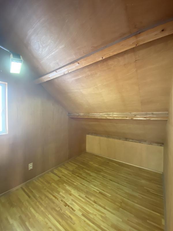 こちらの屋根裏部屋もそそられるはするけれど、物置部屋になってしまいそうな予感も・・・。