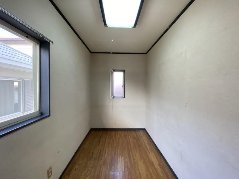 かなり細長い4帖の二階洋室。ここも物置部屋になりそうな予感